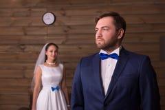 Noivo sério no terno e noiva feliz fotos de stock royalty free