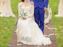Noivo Standing Close à noiva Fotografia de Stock