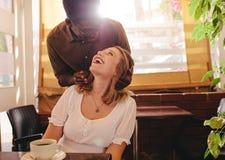 Noivo surpreendente sua menina no café imagens de stock royalty free