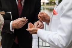 Noivo Taking Ring From Pastor On Ceremony no dia do casamento foto de stock