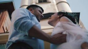 Noivos à moda Apenas merried Pares do casamento Fim acima Noivos felizes no seu aperto do casamento groom video estoque
