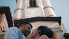 Noivos à moda Apenas merried Pares do casamento Fim acima Noivos felizes no seu aperto do casamento groom filme