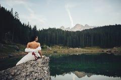 Noivos à moda bonitos que andam no meado alpino do verão fotos de stock royalty free