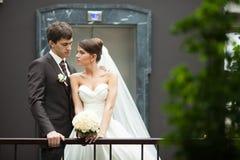 Noivos à moda elegantes dos pares felizes novos Foto de Stock Royalty Free