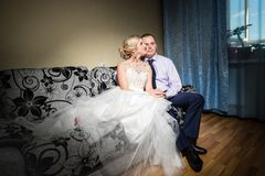 Noivos bonitos na sala antes da cerimônia de casamento imagem de stock