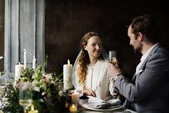 Noivos Clinging Wineglasses Together no casamento Recepti Imagem de Stock Royalty Free
