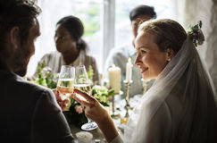 Noivos Clinging Wineglasses Together no casamento Recepti Imagens de Stock Royalty Free