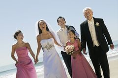 Noivos com a família na praia (retrato) imagem de stock