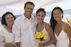 Noivos com a família no casamento de praia (retrato) fotos de stock
