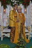 Noivos com roupa tradicional indonésia Fotos de Stock