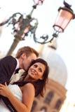 Noivos de sorriso nas ruas de Veneza fotos de stock royalty free