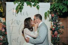 Noivos do beijo da fotografia do casamento em lugar diferentes imagens de stock