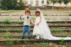 Noivos dois pequenos engraçados Foto de Stock