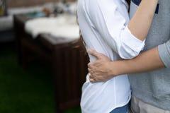Noivos dos amantes na ação, na terra arrendada e na estada do amor ao lado junto imagem de stock royalty free