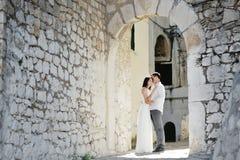 Noivos felizes dos pares no dia do casamento em Sperlonga, Itália imagem de stock