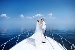 Noivos felizes em um iate Fotografia de Stock Royalty Free