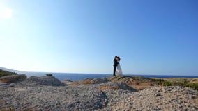 Noivos felizes no litoral em seu dia do casamento O conceito de uma vida familiar feliz filme