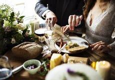 Noivos Having Meal com os amigos no copo de água Imagem de Stock Royalty Free