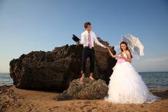 Noivos na praia Fotos de Stock