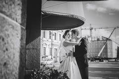 Noivos na rua Fotos de Stock Royalty Free