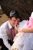 Noivos no casamento de praia Fotografia de Stock