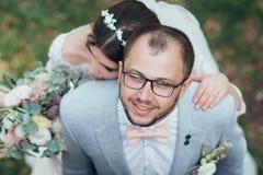 Noivos no dia do casamento, no aperto, no suporte perto do penhasco e para olhar acima fotos de stock