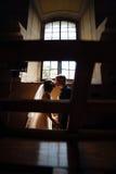 Noivos no fundo de uma janela Fotografia de Stock Royalty Free