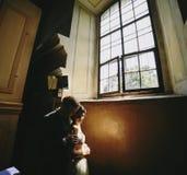 Noivos no fundo de uma janela Imagens de Stock Royalty Free