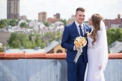 Noivos no telhado imagem de stock royalty free
