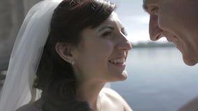 Noivos perto do lago azul pitoresco Retrato vídeos de arquivo