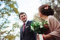 Noivos que abraçam em uma floresta na floresta do outono, caminhada do casamento imagens de stock royalty free