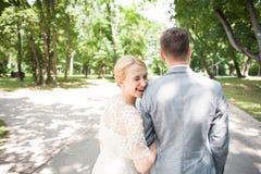 Noivos que andam afastado no parque do verão fora Foto de Stock Royalty Free