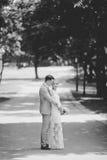 Noivos que andam afastado no parque do verão fora Imagens de Stock Royalty Free