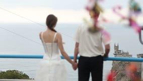 Noivos que beijam perto do castelo video estoque