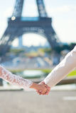 Noivos que guardam as mãos em Paris Foto de Stock Royalty Free