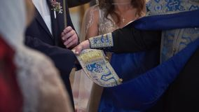 Noivos que guardam as mãos na igreja na cerimônia video estoque