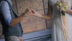 Noivos que guardam as mãos na sessão fotográfica para dentro filme