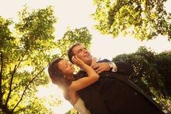 Noivos que guardam-se fotos de stock royalty free