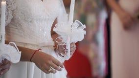 Noivos que guardam velas na igreja na cerimônia vídeos de arquivo