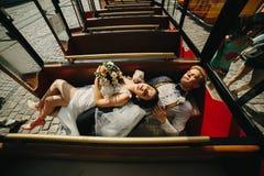 Noivos que levantam em um carro da excursão Foto de Stock Royalty Free
