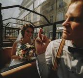 Noivos que levantam em um carro da excursão Foto de Stock