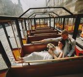 Noivos que levantam em um carro da excursão Fotografia de Stock