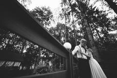 Noivos que levantam na varanda Imagens de Stock Royalty Free