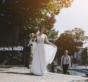 Noivos que levantam nas ruas fotografia de stock royalty free