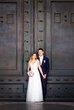 Noivos que levantam nas ruas velhas de Roma, Itália Imagens de Stock Royalty Free