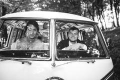 Noivos que sentam-se no carro fotografia de stock royalty free
