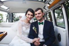 Noivos que sentam-se no carro fotos de stock royalty free