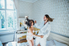 Noivos que têm o divertimento na cama Fotos de Stock Royalty Free