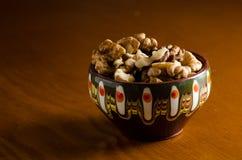 Noix à une tasse traditionnelle et à un arrière-plan en bois Image libre de droits