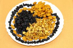 Noix, amandes, raisins secs bleus image libre de droits